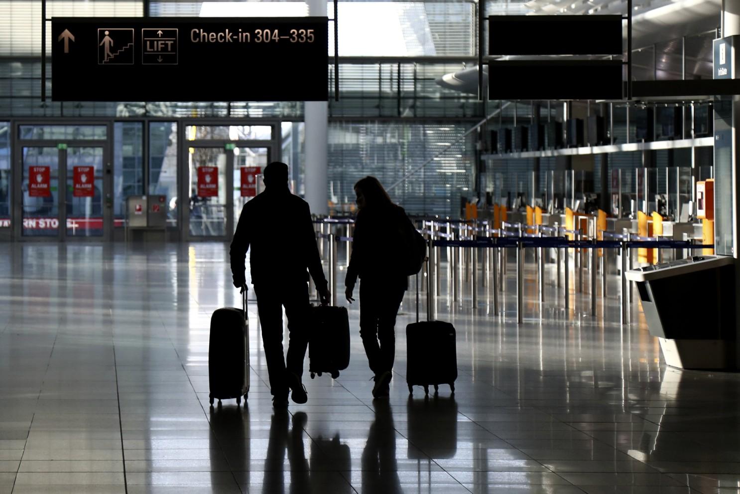 viajeros en un aeropuerto