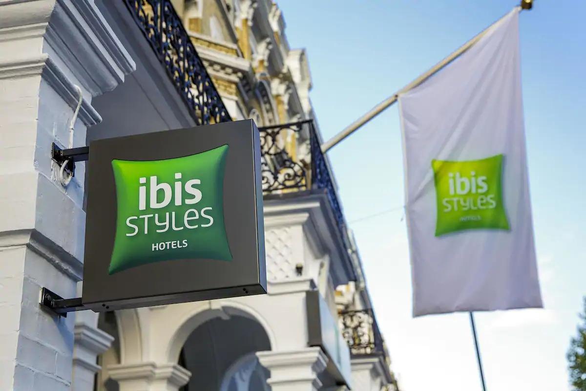 Ibis Styles bandera en un hotel