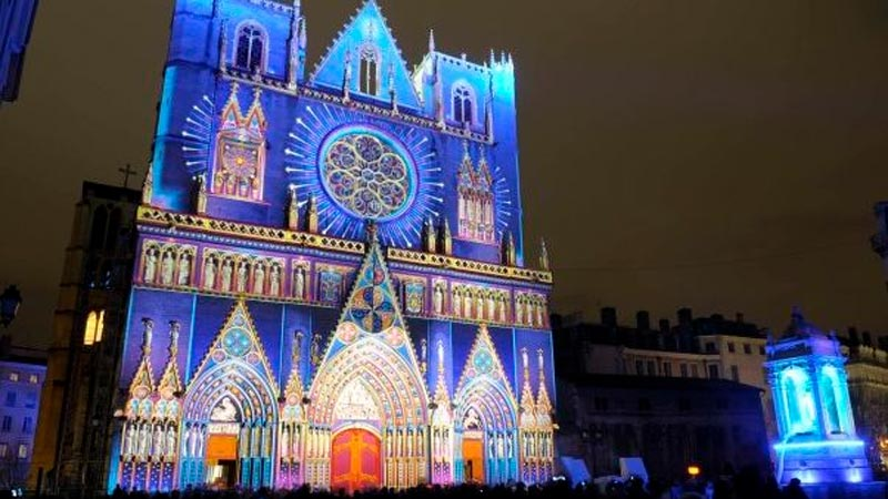 Quito se pinta con luces de colores